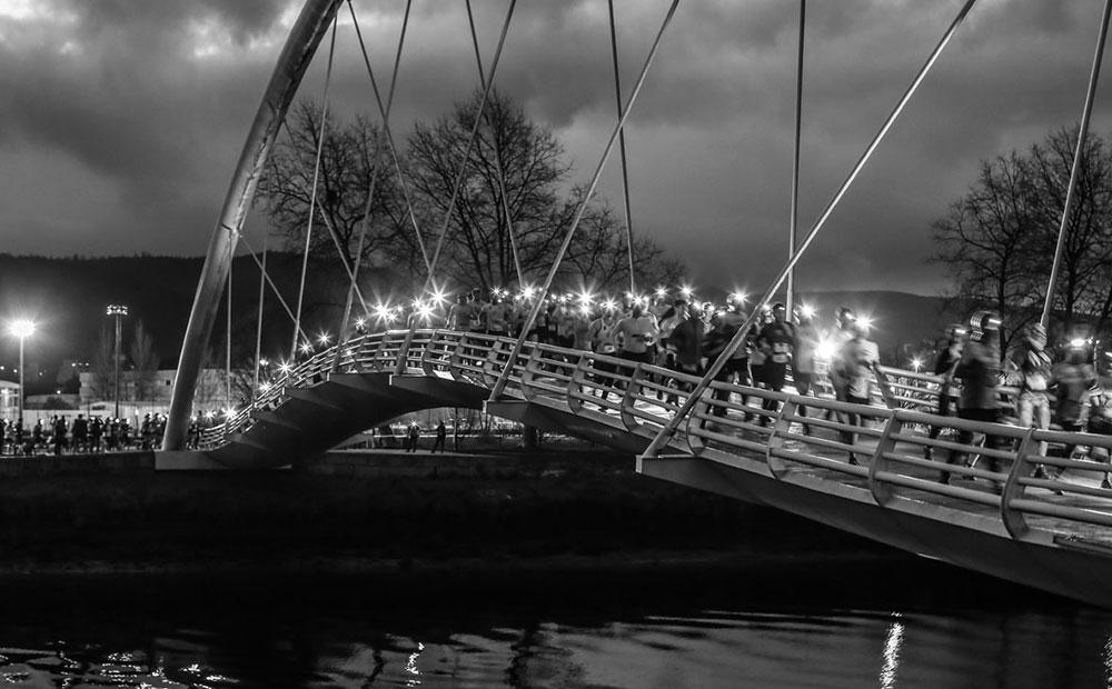 Foto cruzando puente Urban Trail Night Pontevedra